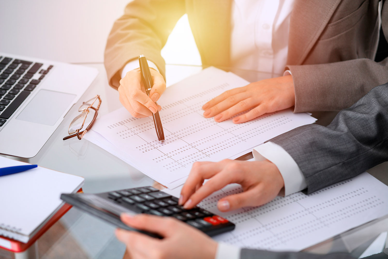 Mitarbeiter einer Steuerberatung in Kiel machen Berechnungen
